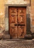 Винтажная коричневая деревянная средневековая дверь в сельском каменном доме Стоковые Фото