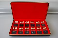 Винтажная коробка зубоврачебных гидов тени зубов фарфора Стоковое фото RF