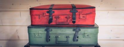 Винтажная красочная куча чемоданов, концепция багажа перемещения, знамя стоковое фото rf