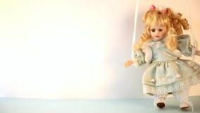 Винтажная кукла девушки игрушки с танцами или идти светлых волос видеоматериал