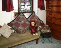 Винтажная кукла в винтажной комнате Стоковое Изображение