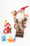 Винтажная кукла Санта Клауса, небольшой дом украшения и подарочные коробки Стоковая Фотография RF