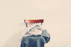 Винтажная куча стула одевает белую тонизированную стену стоковое изображение rf