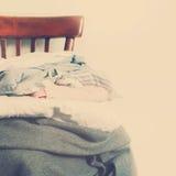 Винтажная куча стула одевает белую тонизированную стену стоковое изображение