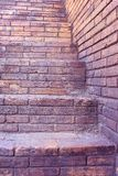 Винтажная лестница кирпича с кирпичной стеной, конструкцией для предпосылки стоковая фотография