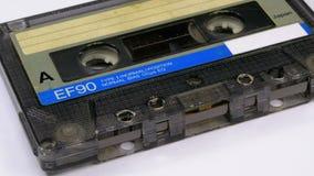 Винтажная магнитофонная кассета вращает на белой предпосылке сток-видео