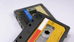 Винтажная магнитофонная кассета 2 вращает на белой предпосылке акции видеоматериалы