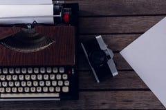 Винтажная машинка и камера на деревянном столе Стоковое Изображение