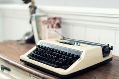 Винтажная машинка и книги на таблице дома Стоковые Изображения