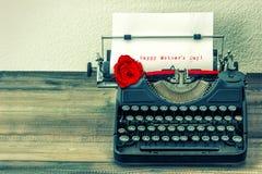 Винтажная машинка с белой страницей и красная роза цветут Стоковое Изображение