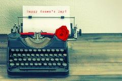 Винтажная машинка с цветком красной розы День счастливых женщин Стоковые Фото