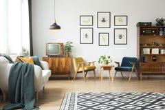 Винтажная мебель в просторной квартире стоковая фотография