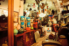 Винтажная мебель и антиквариаты в популярном подержанном магазине стоковое фото rf