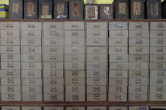 Винтажная медицина кухонного шкафа или каталожного шкафа медицины с parti Стоковые Фотографии RF