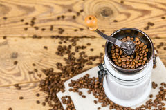Винтажная мельница механизма настройки радиопеленгатора с кофейными зернами Стоковое фото RF