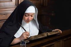 Винтажная монашка с книгой Стоковое Фото