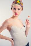 Винтажная модель девушки с леденцом на палочке Стоковые Изображения