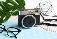 Винтажная немедленная камера, стекла и аксессуары Стоковые Изображения RF