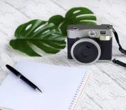 Винтажная немедленная камера с пустой тетрадью Стоковое фото RF