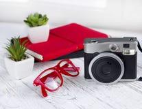 Винтажная немедленная камера с тетрадями и стеклами Стоковые Изображения RF