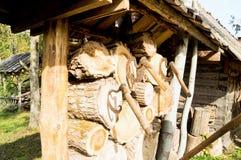Винтажная округлая форма оси вставляет вне в древесине палубы стоковое изображение