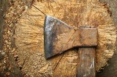 Винтажная ось лежит на деревянном заготовке Стоковая Фотография RF