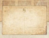 Винтажная открытка на старой предпосылке газеты стоковое фото rf