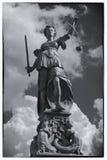 Винтажная открытка представляя статую правосудия дамы в Франкфурте a Основа, Германия стоковое изображение rf