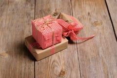 Винтажная подарочная коробка на деревянной предпосылке Стоковое Фото