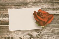 Винтажная поздравительная открытка и подняла на старую древесину Стоковое фото RF