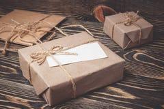 Винтажная подарочная коробка с пустой биркой на старой деревянной предпосылке Стоковые Фотографии RF