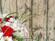 Винтажная предпосылка цветка, нерезкость карточка 2007 приветствуя счастливое Новый Год Букет белых хризантемы и красных роз на в Стоковые Изображения RF