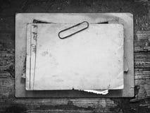 Винтажная предпосылка с старой бумагой и письма на древесине Стоковые Изображения RF