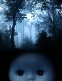 Винтажная пугающая кукла и ландшафт туманного леса Стоковая Фотография