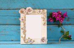 Винтажная пустая рамка рядом с красивым фиолетовым среднеземноморским летом цветет шаблон, подготавливает для установки фотографи Стоковое фото RF