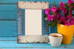 Винтажная пустая рамка, чашка кофе рядом с красивым фиолетовым среднеземноморским летом цветет шаблон, подготавливает для установ Стоковые Изображения