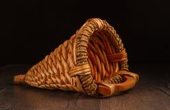 Винтажная плетеная корзина для хлеба стоковые фото