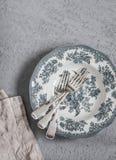 Винтажная плита и вилки стиля на серой таблице Стоковые Фото