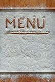 Винтажная разделочная доска покрытая с мукой космос для текста меню рецепта на старой деревянной предпосылке Стоковое Изображение RF