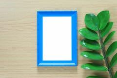 Винтажная рамка фото на деревянном поле и зеленых лист ветви p Стоковая Фотография