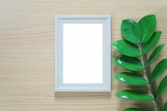 Винтажная рамка фото на деревянном поле и зеленых лист ветви p Стоковая Фотография RF