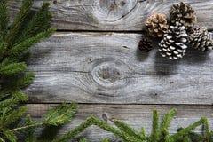 Винтажная древесина, хворостины ели и конусы на естественный зимний отдых стоковая фотография rf