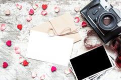 Винтажная ретро камера с насмешкой вверх по поздравительной открытке и пустой рамке фото Стоковая Фотография RF