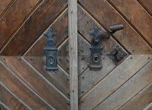 Винтажная ржавая ручка двери на деревянной двери Стоковое Изображение