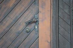 Винтажная ржавая ручка двери на деревянной двери Стоковые Фотографии RF