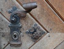 Винтажная ржавая ручка двери на деревянной двери Стоковые Изображения