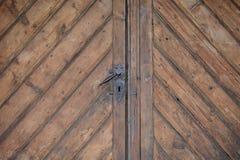 Винтажная ржавая ручка двери на деревянной двери Стоковая Фотография