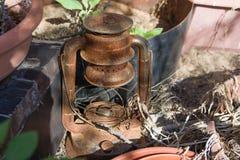 Винтажная ржавчина и brocken лампа керосина на задворк Стоковые Фото