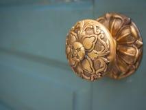 Винтажная ручка двери на деревянной двери стоковые изображения rf