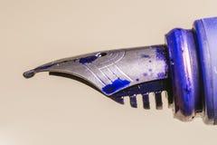 Винтажная ручка чернил покрытая пятнами синих чернил Стоковые Фотографии RF